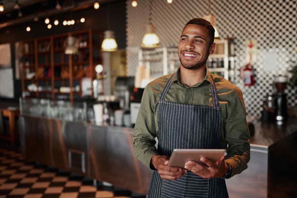 Person i cafémiljö