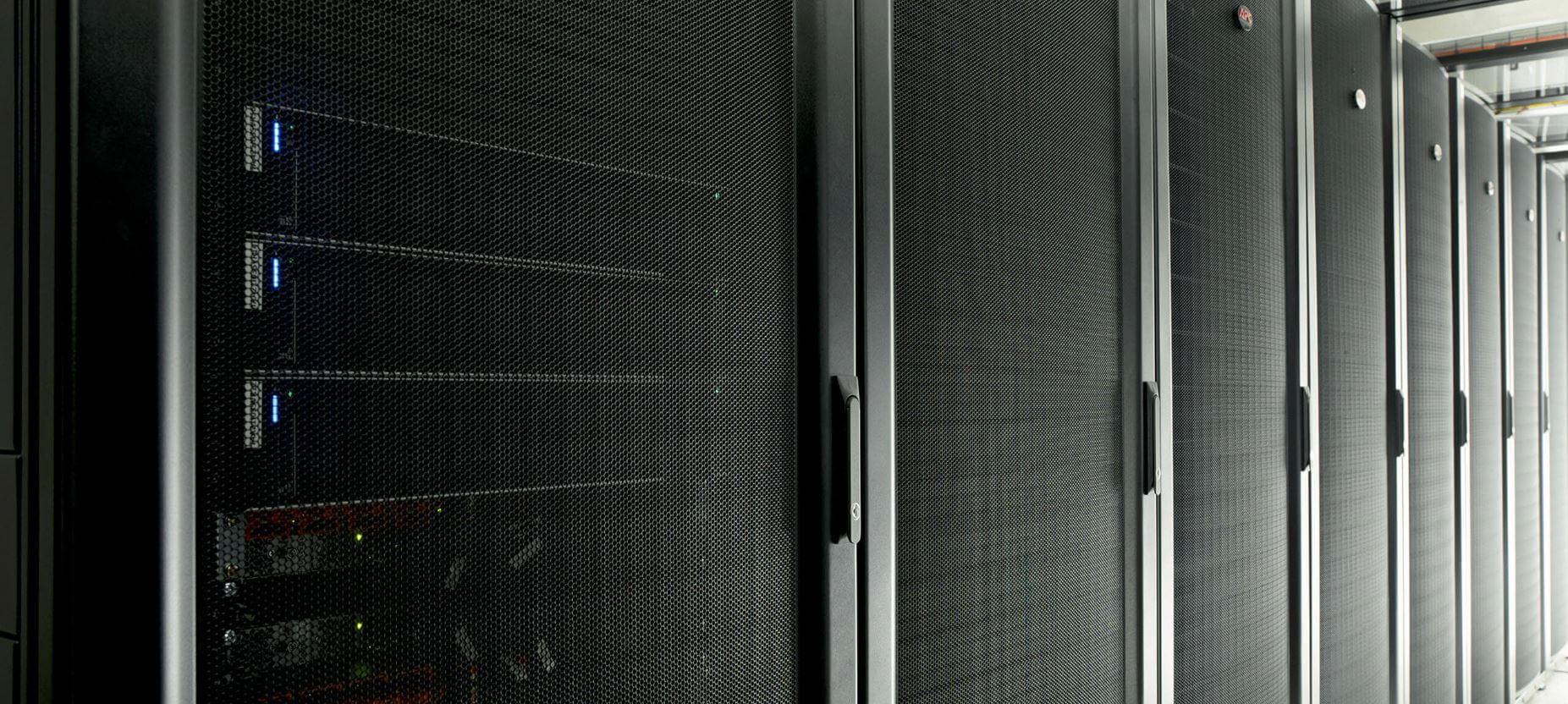 Serverförvaring i våra strategiskt placerade datacenter